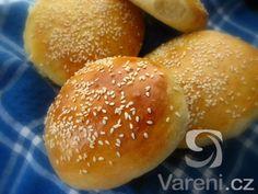 Recept na nadýchané hamburgerové houstičky. Jednoduchá příprava a výborná chuť.