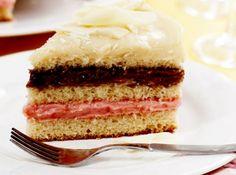 Receita de Bolo três brigadeiros: branco, chocolate e morango - bolo em três partes. Em um aro próprio para montagem de bolo, untado com óleo e polvilhado com açúcar, coloque um disco de massa e recheie com o...