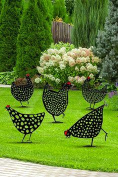 Il manque à votre jardin ce petit plus qui mettrait votre pelouse en valeur? Ces poules décoratives élevées en plein air apporteront une touche unique à n'importe quel jardin ! Beautiful Gardens, Beautiful Flowers, Garden Gates, Yard Art, Garden Projects, Garden Inspiration, Backyard Landscaping, Landscape Design, Home And Garden