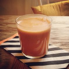 Gulrotjuice med ingefær Juice Smoothie, Smoothies, Panna Cotta, Pudding, Nutrition, Breakfast, Ethnic Recipes, Happy, Desserts