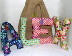 son letras-cojín blanditas con las que personalizar un nombre, que se pueden utilizar para decorar una habitación infantil, como cabecero o como cesta de nacimineto