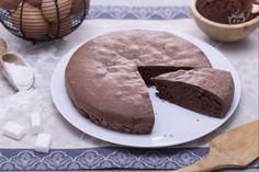 Il pan di spagna al cacao è una buon base per preparare squisite torte da farcire con ogni tipo di crema e farcitura; buono anche da gustare semplice.