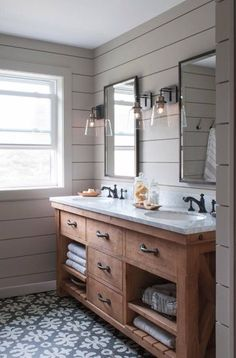 Beautiful Farmhouse Themed Bathroom Ideas and Designs! Discover some of the best farmhouse style bathroom ideas and designs you can use in your own farm home. Modern Farmhouse Bathroom, Rustic Bathrooms, Farmhouse Vanity, Farm House Bathroom, Farm Style Bathrooms, Rustic Vanity, Wood Vanity, Farmhouse Design, Bad Inspiration