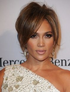 Jennifer Lopez Hairstyles range from simple to purely formal, depending on the occasion. Jennifer Lopez wows with her fabulous hairstyles. Celebrity Hairstyles, Hairstyles With Bangs, Cool Hairstyles, Bangs Updo, Elegant Hairstyles, Hair Color For Brown Eyes, Light Brown Hair, Great Hair, Hair Lengths