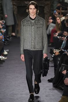 Guarda la sfilata di moda uomo Valentino a Parigi e scopri la collezione di abiti e accessori per la stagione Autunno Inverno 2016-17.