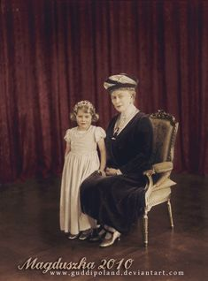 Queen Elizabeth II as a child, with her paternal Granny, Queen Mary, consort of King George V. Two Queens Hm The Queen, Royal Queen, Save The Queen, Queen Mary, Queen Mother, Prinz Philip, Prinz William, Elizabeth Of York, Queen Elizabeth Ii