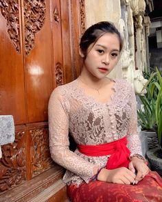 Kebaya Modern Dress, Kebaya Dress, Bali Girls, Kebaya Bali, Dress Brokat, Blouse Designs, Beauty Women, Asian Beauty, Beautiful Women