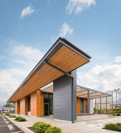 Umpqua Bank Private Reserve and Newport locations. Ambulatory Care, Bank Branch, Banks Building, Photo Projects, Modern Materials, Exterior, House Design, Architecture, Outdoor Decor