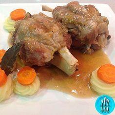 Codillo de cerdo al vino, rico codillo con puré de patatas y nua deliciosa salsa al vino blanco.