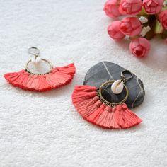 Boucles d'oreilles bohème chic romantiques a pompon et coquillage, bijoux bohème chic et hippie chic