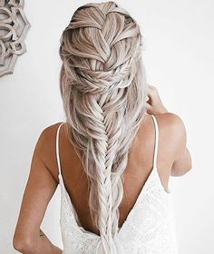 >> Oh, so romantic!  Emily Hannon never fails to bring us the best braided inspo. Who wouldn\'t mind this look for the weekend? #weekendhaircrush #maneenvy #braidcrush