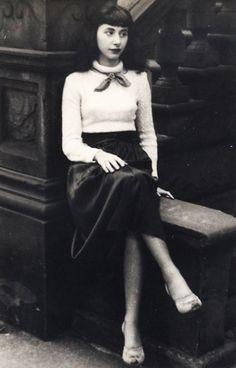 "vintagegal: ""Unidentified fashionable woman c. 1940s Fashion, Urban Fashion, Diy Fashion, Fashion Beauty, Vintage Fashion, Womens Fashion, Fashion Skirts, Vintage Photographs, Vintage Photos"