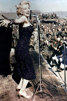 Marilyn the Riveter: New photos shows a young Monroe - still Norma Jean - working at a military factory during the height of World War II Marylin Monroe, Estilo Marilyn Monroe, Fotos Marilyn Monroe, Golden Age Of Hollywood, Hollywood Glamour, Classic Hollywood, Old Hollywood, Hollywood Actresses, Viejo Hollywood