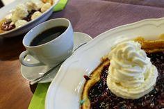 Cafe Ellinella tarjoaa suolaisia tai makeita vohveleita sekä perinteisiä kahvila-antimia; erilaisia kotitekoisia leivonnaisia ja kakkuja. Finland Travel, Pudding, Tableware, Desserts, Food, Tailgate Desserts, Dinnerware, Deserts, Dishes