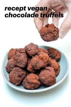 Recept met chocolade wat heel eenvoudig te maken is, lekker en wat de chocolade smaak goed laat uitkomen pure chocoladetruffels. Geschikt voor veganisten!