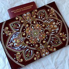 Всем привет! Ещё одна почти готова полететь к новой хозяйке#present#mandala#artistsoninstagram#passport#picoftheday#pointtopoint#роспись#обложканапаспорт