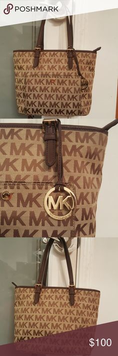 AUTHENTIC MICHAEL KORS JET SET SHOULDER BAG GUC MICHAEL KORS BAG HAS 3 INNER COMPARTMENTS PLUS 4 SMALL COMPARTMENTS AND ALSO A STORAGE COMPARTMENT ON FRONT OF BAG. THE ONLY PROBLEM WITH THE BAG IS THE STRAPS ARE FRAYING NOTE PICTURES ABOVE MEASUREMENTS ARE 12X9X5 WITH SHOULDER STRAP MEASURES 17 INCHES IN LENGTH Michael Kors Bags Shoulder Bags