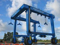 Pórticos automotor GH Cranes & Components de 440t. en el sector náutico para mantenimiento de embarcaciones.
