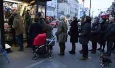 """Bancas amanhecem com filas em Paris - BERTRAND GUAY / AFP PARIS — Os franceses fizeram longas filas nesta quarta-feira para comprar a edição especial do """"Charlie Hebdo"""", publicado uma semana depois..."""