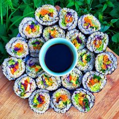 Had brown rice vegetable sushi for lunch today! (This was equivalent to 3 long rolls excluding the end bits which are u pictured) Presented on my @ethosplanetware plate (plant-based, made with bamboo, rice and corn!!) ... Which is completely covered in this photo but I promise to show you all in future posts! Seriously in love with my bowls/plates from their team ✖️Filling: cos lettuce, baby spinach, purple cabbage, carrots, capsicum and avocado ✨ (Basically any left over bits and pieces…