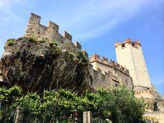 Символом Итальянского города Мальчезине является средневековый #замок с одноименным названием (Malcesine Castle). Кроме исторической ценности (построен в конце первого тысячелетия до н.э.), замок очень популярен у молодоженов.💏 Влюбленные пары со всего мира приезжают, чтобы сыграть свадьбу в романтических декорациях старинного замка🏰 В сезон, здесь проходит до 10 свадебных церемоний за день. А климат в городе такой, что сезон можно считать круглогодичным.🌝… Mount Rushmore, Mountains, Travel, Viajes, Traveling, Trips, Tourism, Bergen