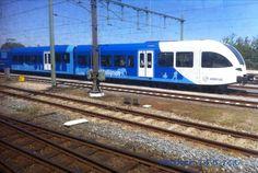 Arriva Stadler staat in Zwolle op een zijspoor te wachten op wat komen gaat.