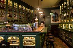 Há muita beleza para descobrir dentro de quatro paredes, enquanto vira cocktails nos bares mais bonitos em Lisboa.