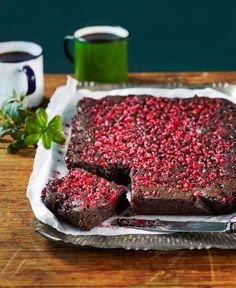 Puolukkabrowniet | K-ruoka Ihanan suklaiset browniet saavat raikkautta puolukasta. Tätä herkkua riittää makeannälkään pienikin pala.