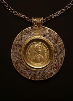 Necklace with Medallion: Gold coin of the Emperor Honorius 5th century AD. Byzantine. Location: Assiut (Upper Egypt) (Egypt). © Foto: Antikensammlung der Staatlichen Museen zu Berlin - Preußischer Kulturbesitz
