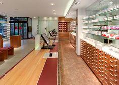 Barlach Apotheke, HV-Tisch und gläserne Sichtwahl mit Automatenausgabe