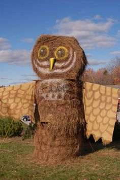 20 ordinary hay bales turned into beautiful art Hay can be used for many things. You can use it to feed farm animals, keep your animals warm and, yes, do some pretty cool stuff. Hay Bale Decorations, Scarecrow Festival, Halloween Festival, Killington Vermont, Horse Hay, Straw Art, Transformers, Sculptures, Lion Sculpture