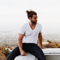 coupe de cheveux homme 2016 - chignon masculin façon décontractée, tshirt blanc et jeans bleus