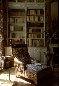 Love this moody Old World room.... via;  haute boheme: Foto