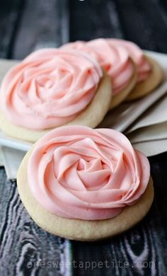 This Sugar Cookie Recipe has the perfect balance of sweetness and tang. The addition of sour cream and lemon produces a soft cookie that is hard to resist! Sour Cream Sugar Cookies, Cinnamon Sugar Cookies, Sugar Cookie Icing, Chewy Sugar Cookies, Sugar Cookies Recipe, Cream And Sugar, Cookies Et Biscuits, Cookies Roses, Cake Roses