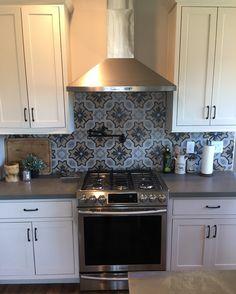 Arizona Tile Metropolis Grey Quartz is approximately quartz, one of the hardest minerals in nature. Metal Countertops, Quartz Countertops, Kitchen Countertops, Kitchen Cabinets, Quartz Slab, Decorative Tile, Tile Design, Kitchen Design, Kitchen Ideas