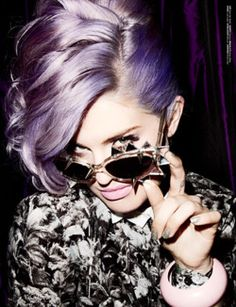 kelly osbourne- omg her hair looks awesome in this grey/ purplish color! Wish I could pull that off.