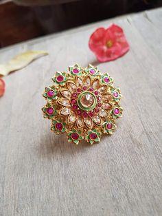 P.C: Sparkle Closet Indian Jewelry Sets, Silver Jewellery Indian, Indian Wedding Jewelry, India Jewelry, Gold Ring Designs, Gold Earrings Designs, Gold Jewellery Design, Gold Rings Jewelry, Silver Bracelets