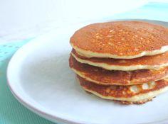 Eet jij koolhydraatarm en vind jij het moeilijk om een lekker ontbijtje te maken? Deze amandelmeel pannenkoekjes zijn super makkelijk en zo lekker!