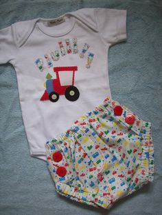 Conjunto para beb� contendo: <br>- body em malha <br>- tapa-fralda em tecido de algod�o com detalhes em bot�es vermelhos <br>Todos os bordados s�o feitos � m�o. <br>Feito sob encomenda nos tamanhos de 0 a 18 meses. Consultar disponibilidade de tamanhos.