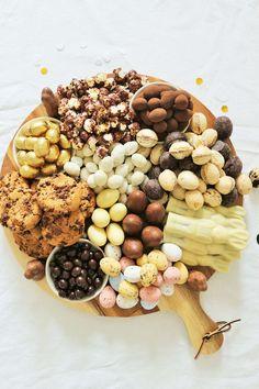 Suchst Du noch nach einer Idee für Ostern oder den Osterbrunch? Dann mach' doch einfach mal eine Partyplatte! Schokolade mal anders als Grazing Platter oder Grazing Board zum Oster Brunch servieren - so geht der Food Trend der Partyplatte für Ostern! // Anleitung & Fotos von Partystories.de // #Ostern #Partyfood #Osternfeiern #Tischdeko #Osterparty #Brunch Mini Muffins, Platter, Fudge, Pancakes, Beans, Vegetables, Pictures, Treats, Pancake