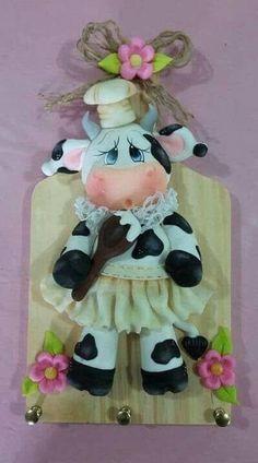 As mais lindas vaquinhas decorativas com moldes Crafts To Sell, Diy And Crafts, Kitchen Hot Pads, Cow Kitchen Decor, Kitchen Ornaments, Disney Animator Doll, Cow Art, Pasta Flexible, Button Crafts