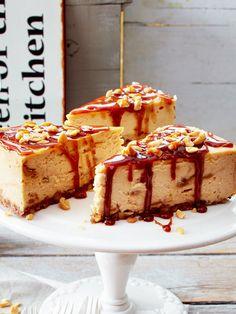 Käsekuchen an sich ist schon lecker. Mit etwas Karamell und Erdnuss befördert dich dieser Käsekuchen in den 7. Karamell-Himmel. Cheesecake Caramel, Cheesecake Recipes, Fudge, Cupcakes, Cupcake Cakes, Delicious Desserts, Yummy Food, Deli Food, Bakery Cafe