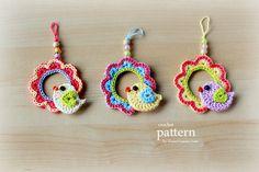 Crochet Pattern - Little Bird Sitting On A Wreathhttp://zoomyummy.com/little-crochet-bird-sitting-on-a-wreath/