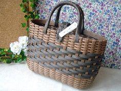Plastic Baskets, Wicker Baskets, Basket Weaving Patterns, Sisal, Paper Weaving, Weave Styles, Craft Bags, Beautiful Handbags, Handmade Bags