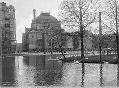 Kaisaniemen lammikko. Taustalla Kansallisteatteri.1902, Helsinki, Kaisaniemi. Vilhonkatu 1