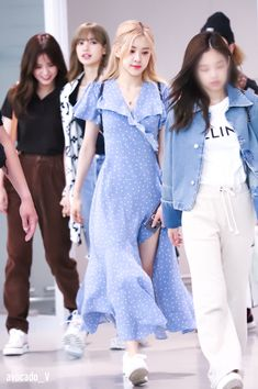 ROSÉ — AIRPORT #Rose #RosePark #ParkChaeyoung #Blackpink Blackpink Fashion, Korean Fashion, Fashion Outfits, Fashion Design, Fashion Women, Mamamoo, Kpop Outfits, Cute Outfits, 1 Rose