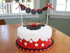 Minnie mouse birthday cake - star tip in scallops down the side. Bolo Da Minnie Mouse, Minie Mouse Party, Minnie Mouse Birthday Cakes, Minnie Mouse Cake, Pretty Cakes, Beautiful Cakes, Amazing Cakes, Cupcakes, Cupcake Cakes