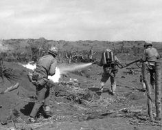A US Marine used a flamethrower against a Japanese pillbox covered by two riflemen Iwo Jima February Us Marines, Military Photos, Military History, Ww2 History, Modern History, Battle Of Iwo Jima, Ww2 Photos, Ww2 Pictures, Man Of War