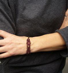 **Ein geknüpftes Armband mit eingearbeiteten Glasschliffperlen.  Geschlossen wird es mit einer Druckschließe. **  Material:  S-Lon Beadcord   Länge: ca. 16 cm Breite: ca. 1,5 cm