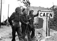 Bernard Hoo, John MacCouville et J R Kostick du Queen's Own Rifles of Canada, 8th Brigade de la 3rd Canadian Infantry Division, à l'entrée ouest de Caen le 9 juillet en fin d'après-midi. Photo prise à l'entrée de Caen par la route de Bayeux à La Maladrerie.